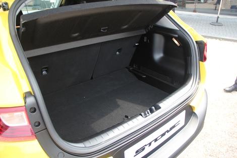 Le coffre possède un plancher à position, la banquette dégage un espace presque plat lorsqu'elle est rabattue, mais le volume est chiche: 352 litres seulement.