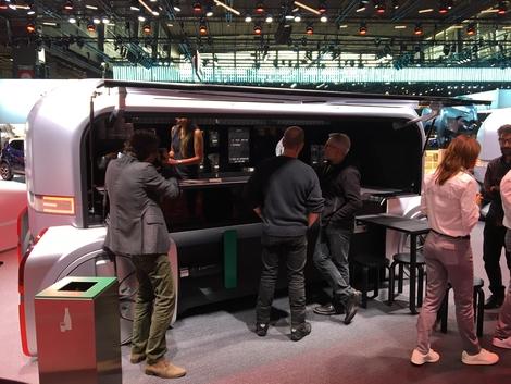 Mettant en situation son véhicule, Renault offre le café.