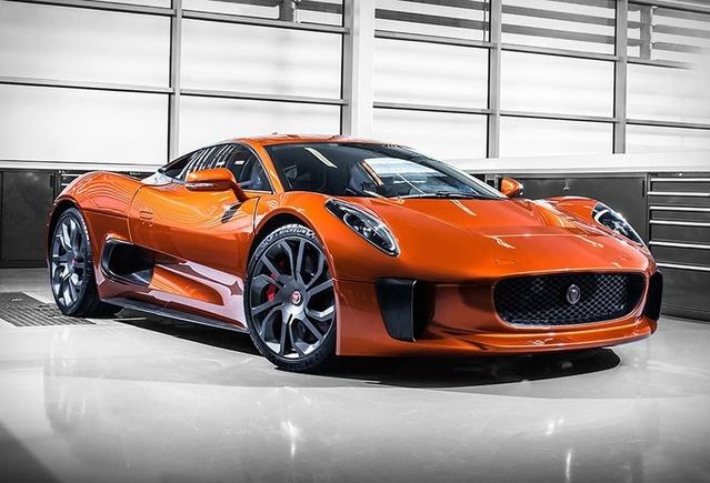 Imaginée pour les 75 ans de Jaguar, en 2010, la C-X75 avait d'abord reçu le feu vert de la direction pour une production en série très limitée. Mais le projet a été abandonné fin 2012.