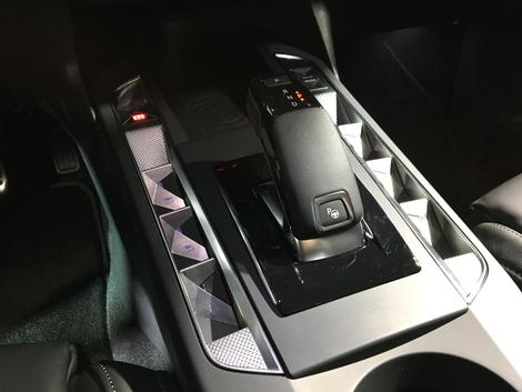 Aucune idée s'ils sont pratiques ou non mais les boutons de chaque côté du levier de vitesses sont de toute beauté.