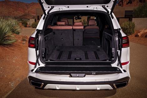 Le BMW conserve sa ridelle, pratique pour s'asseoir, mais gênante pour charger.