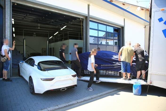 Renault: la nouvelle Mégane RS s'entraîne sur le Nürburgring et croise l'Alpine A110