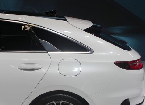 La lunette arrière est très inclinée, et le bandeau de feux traversant très typique de... Porsche !