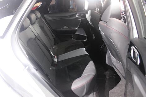 L'accessibilité arrière, même si moins aisée qu'avec le break SW, est correcte, et une fois installé, la place est dans la bonne moyenne. Y compris au niveau de la tête, car la banquette a été rabaissée.