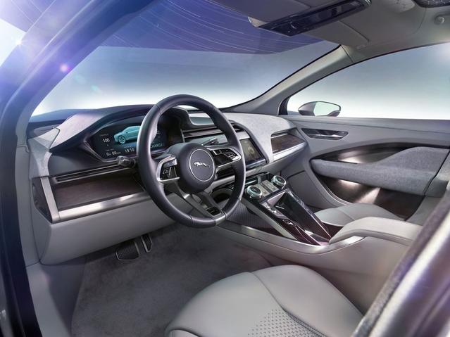 """Selon la marque, la position de conduite est """"sportive mais dominante"""". À mi-chemin entre celle d'une berline et celle d'un SUV."""