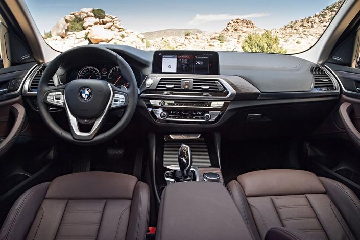 Les fondamentaux de BMW sont là: console orientée, instrumentation à fond noir, large écran (désormais tactile).