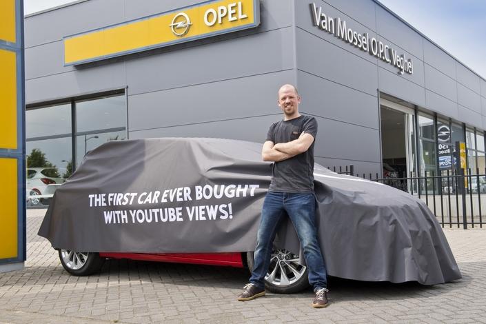 Une Opel Astra neuve contre des vues sur Youtube