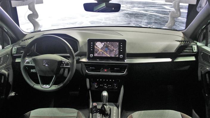 A bord, un cockpit numérique et une nouvelle tablette tactile flottante font leur apparition. La qualité de fintion et des matériaux est dans la moyenne de la catégorie. L'ambiance est sérieuse.
