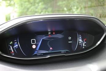 Le 3008 se contente d'une sellerie mixte mais dispose du cockpit numérique de série.