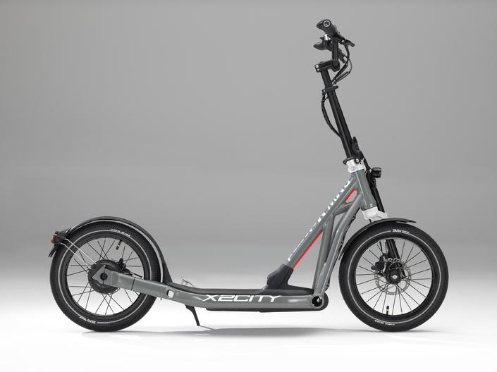 Cette trottinette électrique est la dernière création...BMW! La X2City peut atteindre 25 km/h, avec une autonomie comprise entre 25 et 35 km. Son prix devrait s'établir autour de 2 500 €.
