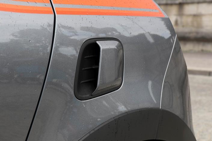 """L'écope latérale gauche contribue à l'alimentation en air du moteur et """"signe"""" la Twingo sportive."""