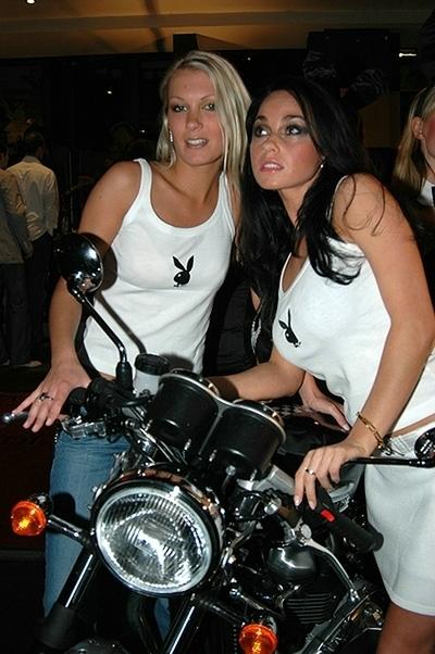 Moto & Sexy : Triumph (Thruxton 900) pour Playboy
