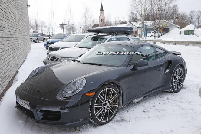 Surprise : la Porsche 911 Turbo restylée se montre de l'intérieur