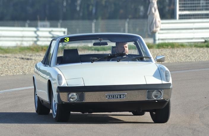 Sur circuit, l'efficacité du châssis de la 914/4, ici un exemplaire de 1972, met en exergue le manque de souffle du moteur.
