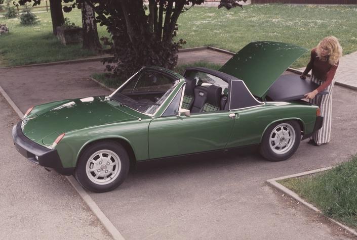 Le coffre arrière de la 914, ici en 1975, est spécialement conçu pour recevoir le toit en plastique.