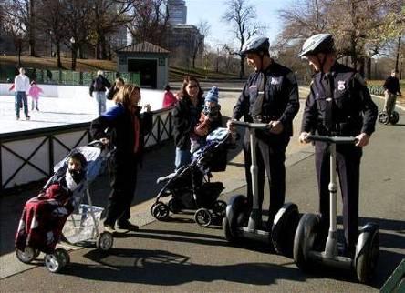 New York : la police patrouille à trottinette électrique. Le Segway porte l'uniforme !