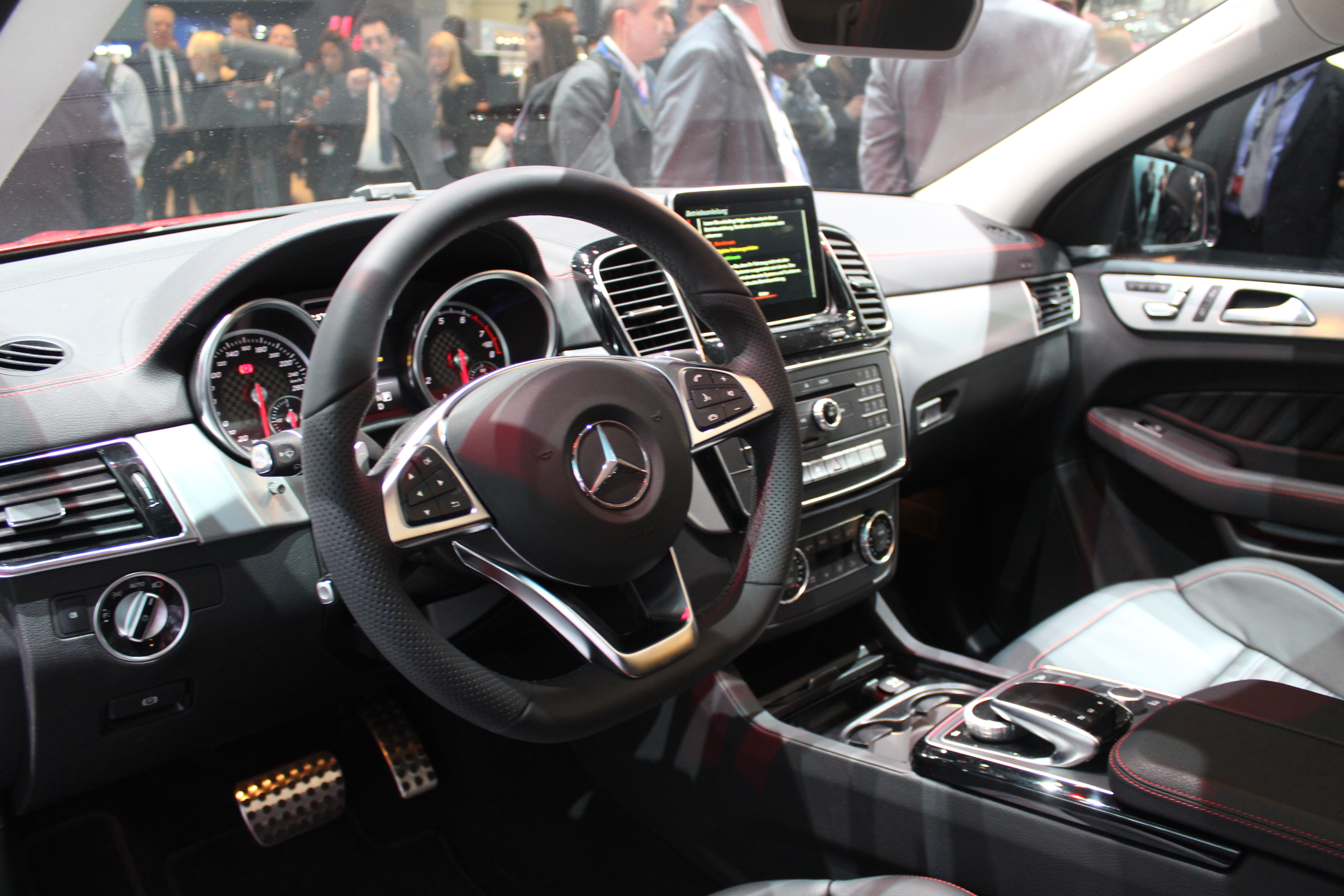 Mercedes gle sus au bmw x6 en direct du salon de for Interieur x6