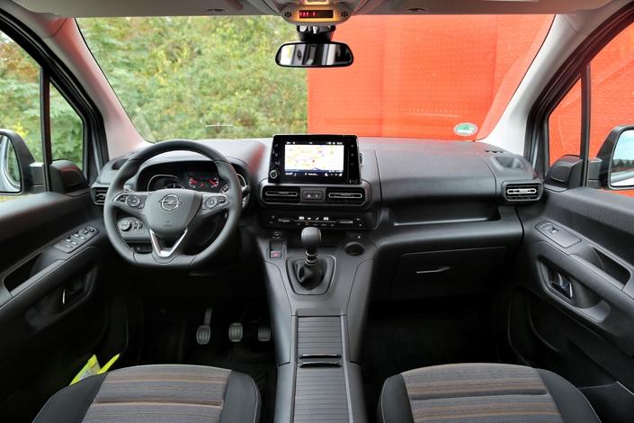 La planche de bord est quasi identique à celle des Citroën Berlingo et Peugeot Rifter.