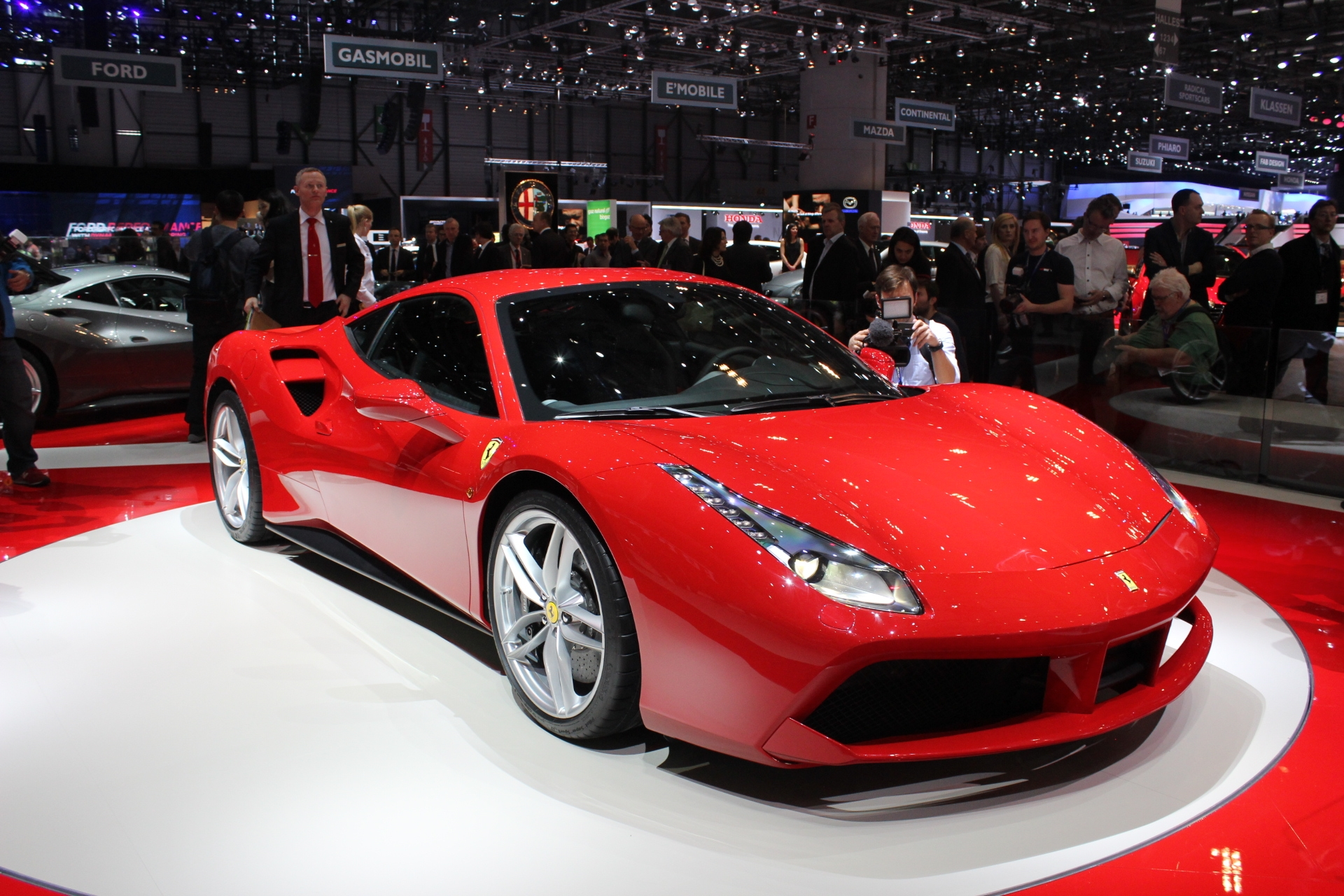 Ferrari 488 gtb les bienfaits du turbo vid o en direct du salon de gen ve 2015 - Salon de geneve 2015 nouveaute ...