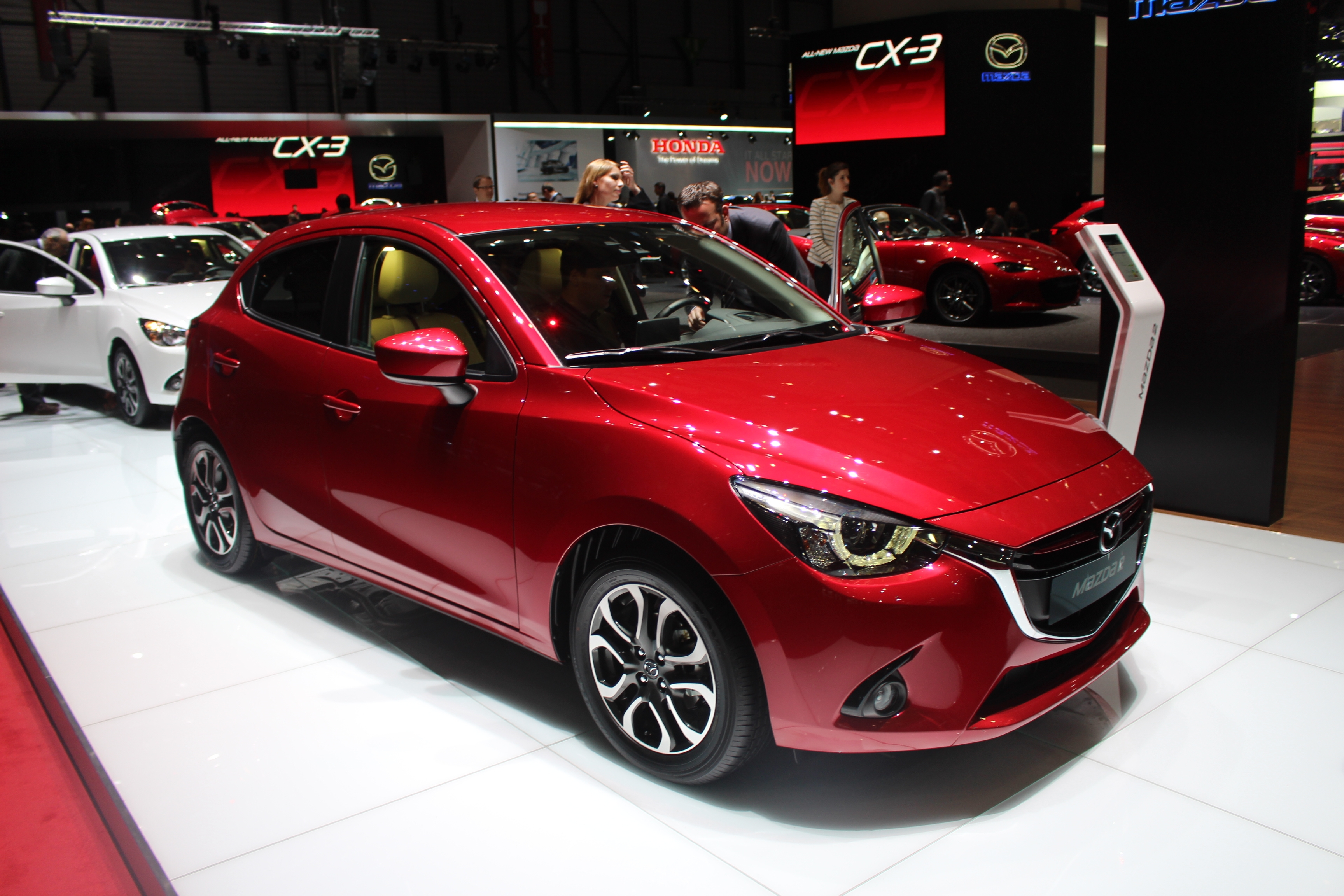mazda 2 s duisante vid o en direct du salon de gen ve 2015. Black Bedroom Furniture Sets. Home Design Ideas