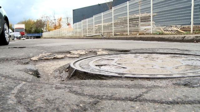 Nids-de-poules, marquages au sol effacés, signalisation défaillante...: l'état des routes inquiète de plus en plus.