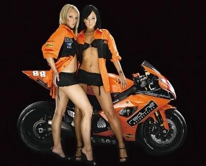 Moto & Sexy : duo orange pour soutenir James Edmeades