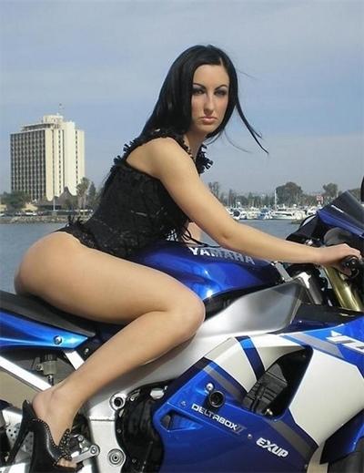 Moto & Sexy : une brune vs une Yam'