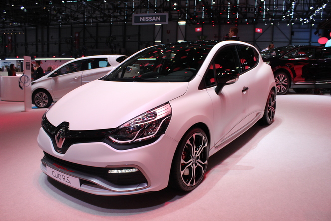 renault clio r s trophy plus performante vid o en direct du salon de gen ve 2015. Black Bedroom Furniture Sets. Home Design Ideas