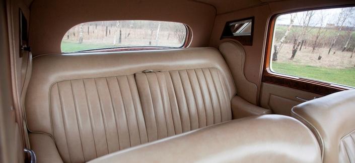 Dans cette Rolls-Royce Silver Dawn de 1952, on pouvait appuyer sa tête sur les montants arrière. Pourquoi cet équipement peu cher n'est-il pas plus répandu ?