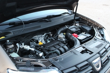 Un inédit et moderne 3 cylindres SCe de 75 ch prend place sous le capot, en remplacement du 4 cylindres 1.2 16v.