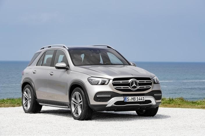 Le salon de Paris est l'occasion de découvrir le nouveau Mercedes GLE et son concurrent direct, le BMW X5 de dernière génération.