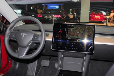 Brillante interface multimédia. Le GPS intégre par exemple les temps de charge quand il calcule un trajet.