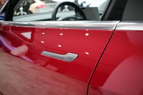 Les poignées de portes sont parfaitement intégrées à la carrosserie.