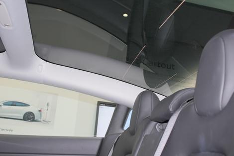 Les passagers arrière profitent d'un toit vitré. Attention: au-delà de 1,80 m, les cheveux frottent au carreau!