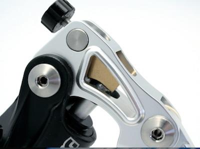 Braking: Maître-cylindre radial avec Cam Control®.