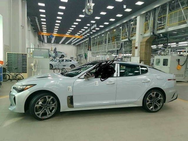 Surprise : la Kia GT se montre sans camouflage