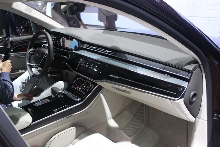 L'habitacle est d'une surprenante modernité. Epuré au maximum, les boutons disparaissent au profit d'écrans tactiles. La qualité est simplement exceptionnelle. Audi reprend la main.