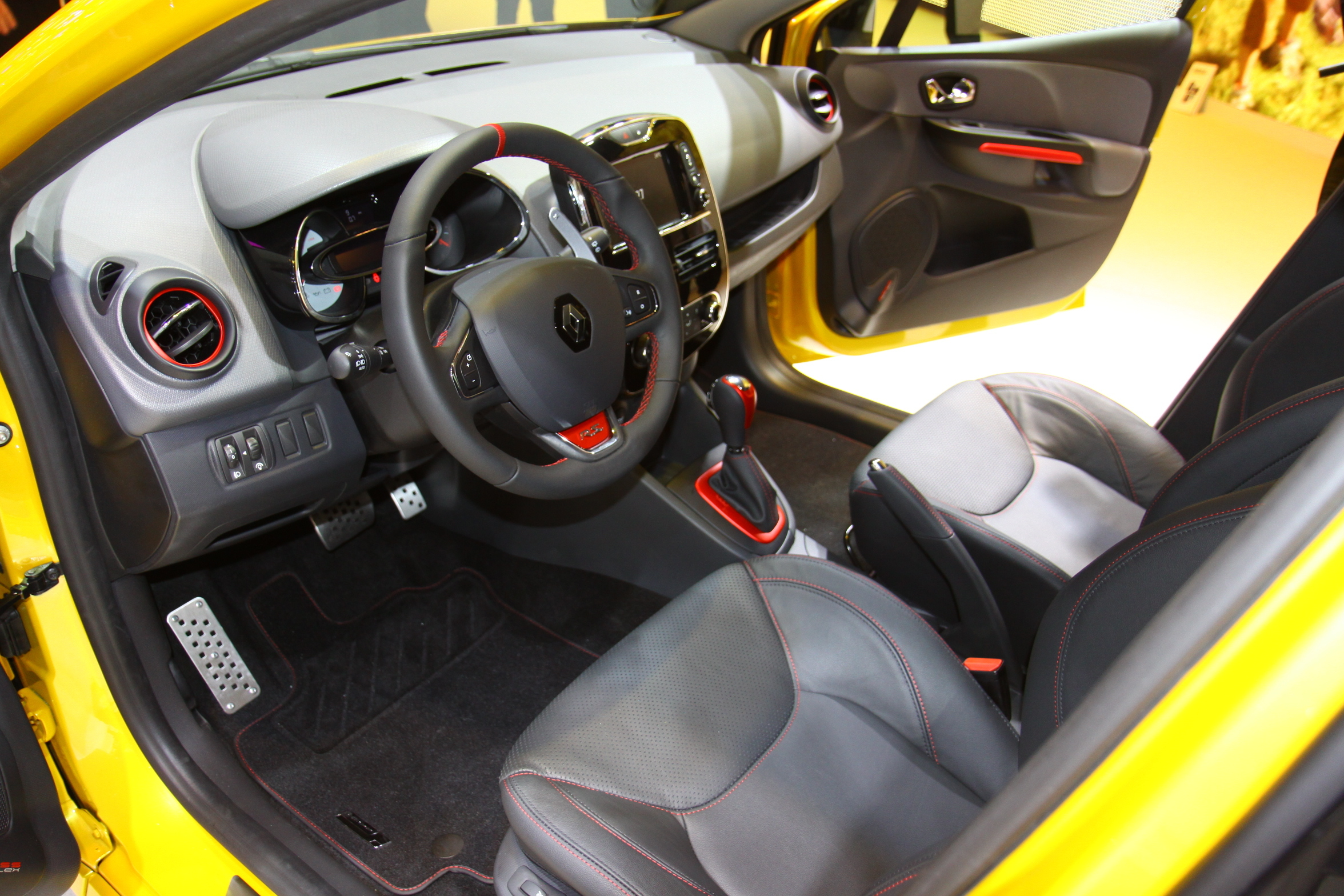 vid o en direct du mondial de l 39 auto renault clio 4 r s du souffle. Black Bedroom Furniture Sets. Home Design Ideas