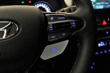Ce bouton orné d'un drapeau à damier permet de sélectionner le mode de conduite le plus radical.