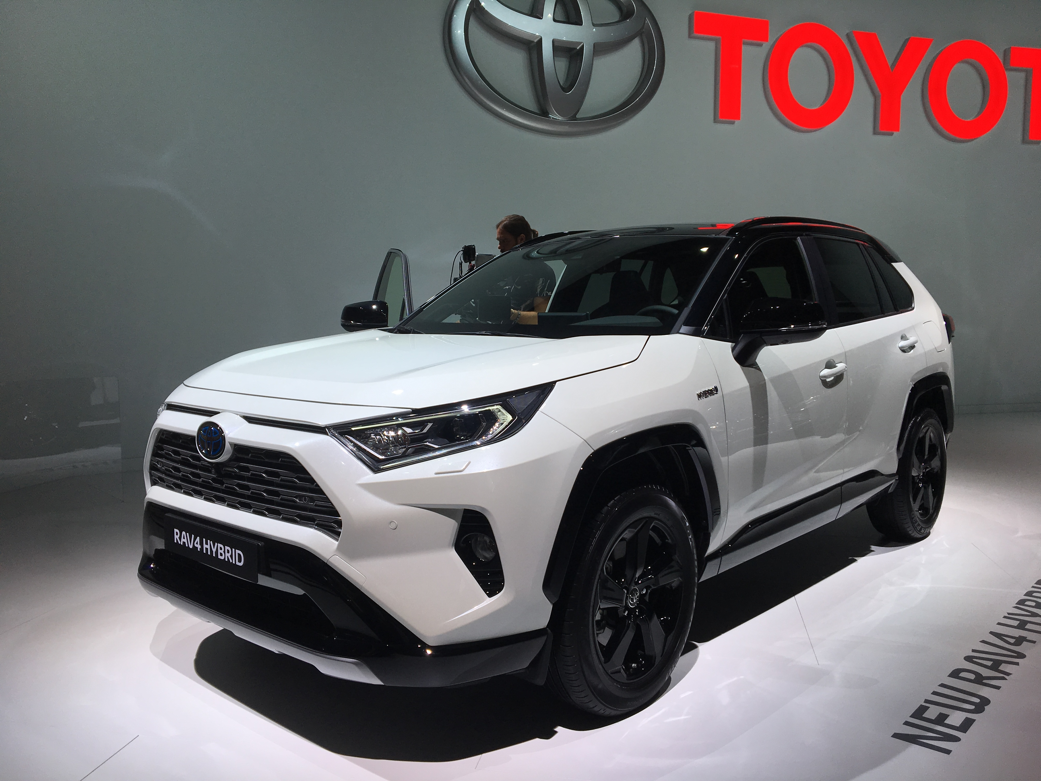 toyota rav 4 hybride only vid o en direct du mondial de paris 2018. Black Bedroom Furniture Sets. Home Design Ideas