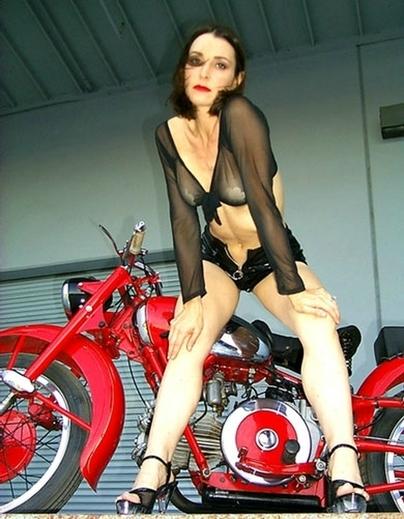 Moto (Guzzi) & Sexy : J Lyn de Cycle Garden Moto Guzzi
