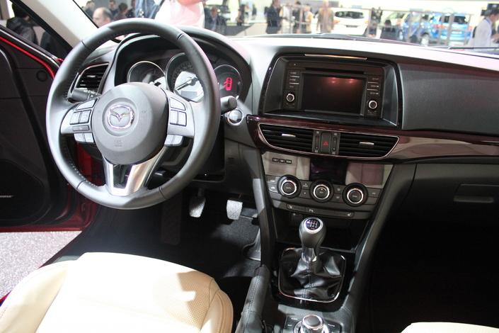 Vidéo en direct du Mondial 2012 : Mazda 6, la familiale que vous allez i-aimer.