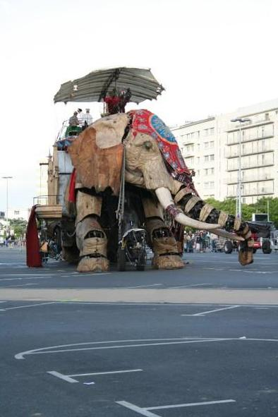 Nantes : un éléphant géant, un nouveau mode de transport énorme !