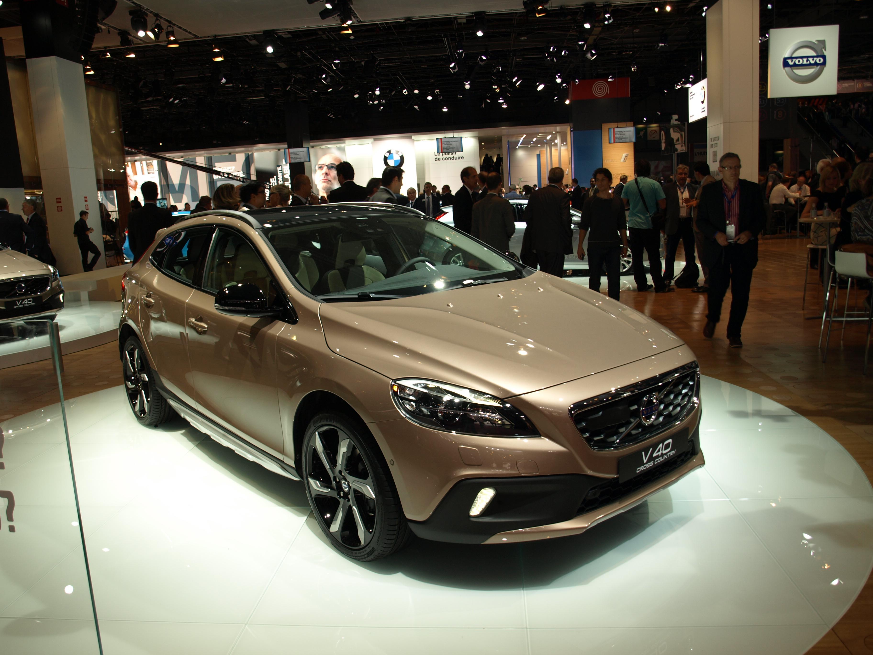 http://images.caradisiac.com/images/1/3/8/1/81381/S0-En-direct-du-Mondial-de-l-auto-Volvo-V40-Cross-Country-sus-au-X1-273673.jpg