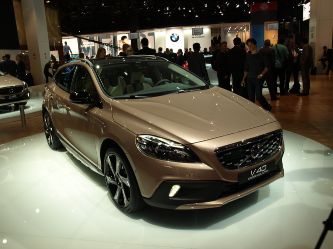 Video - En direct du Mondial de l'auto - Volvo V40 Cross Country : sus au X1 !