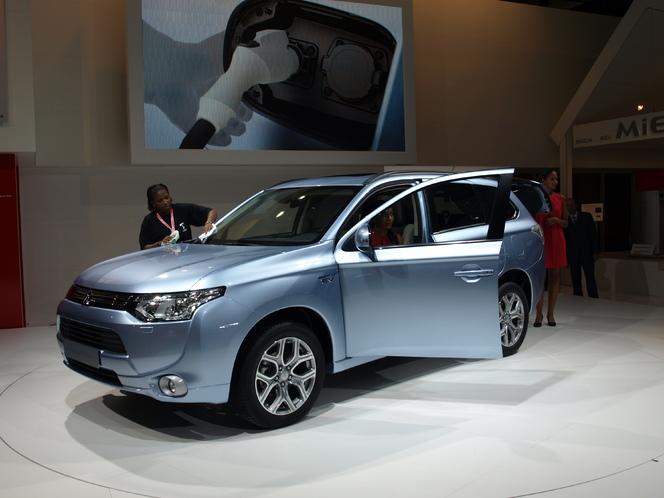 En direct du Mondial de l'auto - Mitsubishi Outlander HPEV :  branché le 4x4