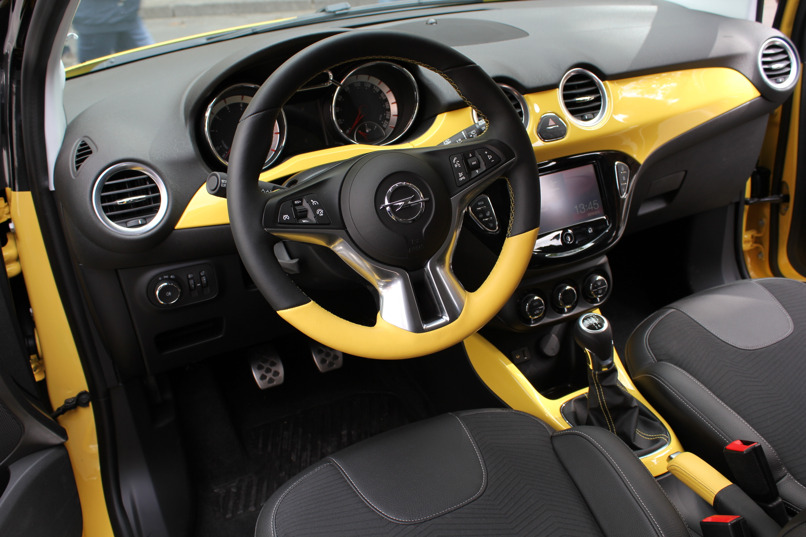Vid o mondial de paris 2012 l 39 opel adam en avant premi re for Opel adam s interieur