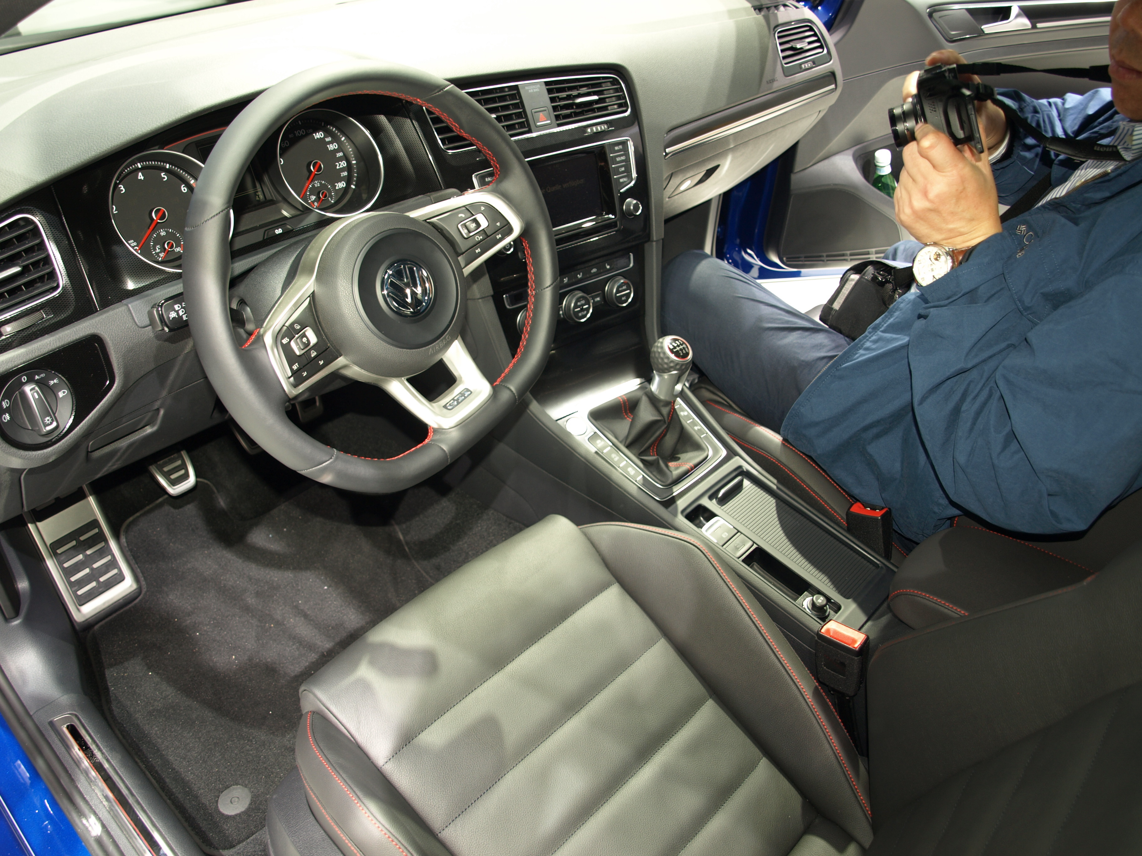 en direct du mondial de l 39 auto volkswagen golf 7 gti deux vitesses. Black Bedroom Furniture Sets. Home Design Ideas