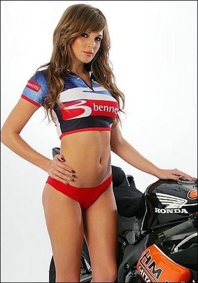 Vidéo Moto & Photos Sexy : Danielle Lloyd fait de la moto