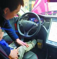 Chine : un garçon de 5 ans démarre une Tesla Model S d'exposition et percute une poussette